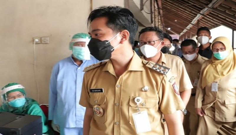 Wali Kota Gibrang Rakabuming saat meninjau vaksinasi. FOTO: Antara