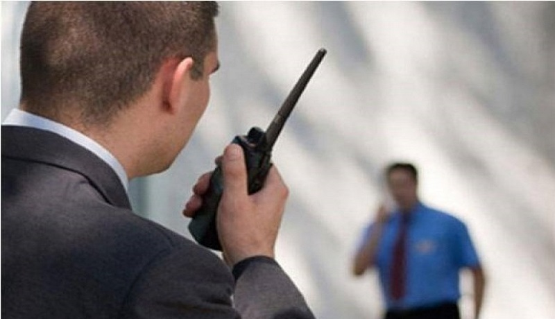 Ilustrasi petugas pegang HT. FOTO: Antara