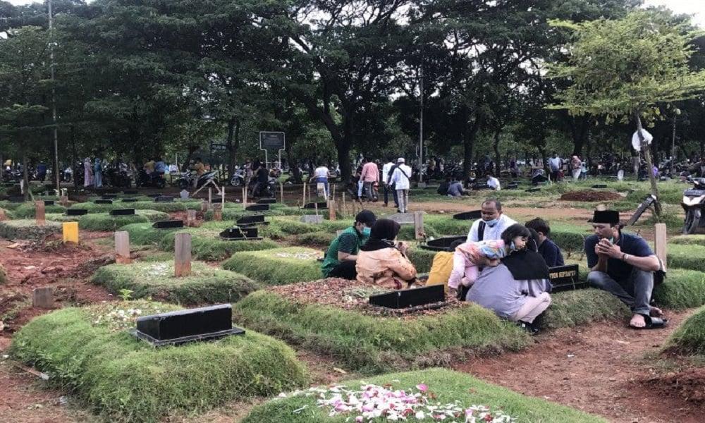 Warga berziarah di Tempat Pemakaman Umum (TPU) Tegal Alur di Jakarta Barat. FOTO: Antara