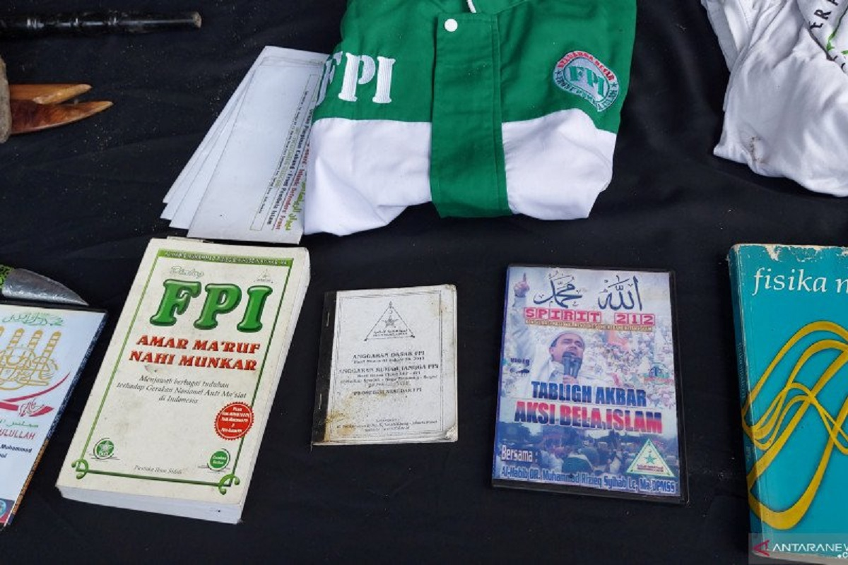 Polda Metro Jaya memperlihatkan atribut Front Pembela Islam (FPI) saat gelar barang bukti penangkapan terhadap tersangka teroris di Condet, Jaktim. FOTO: Antara