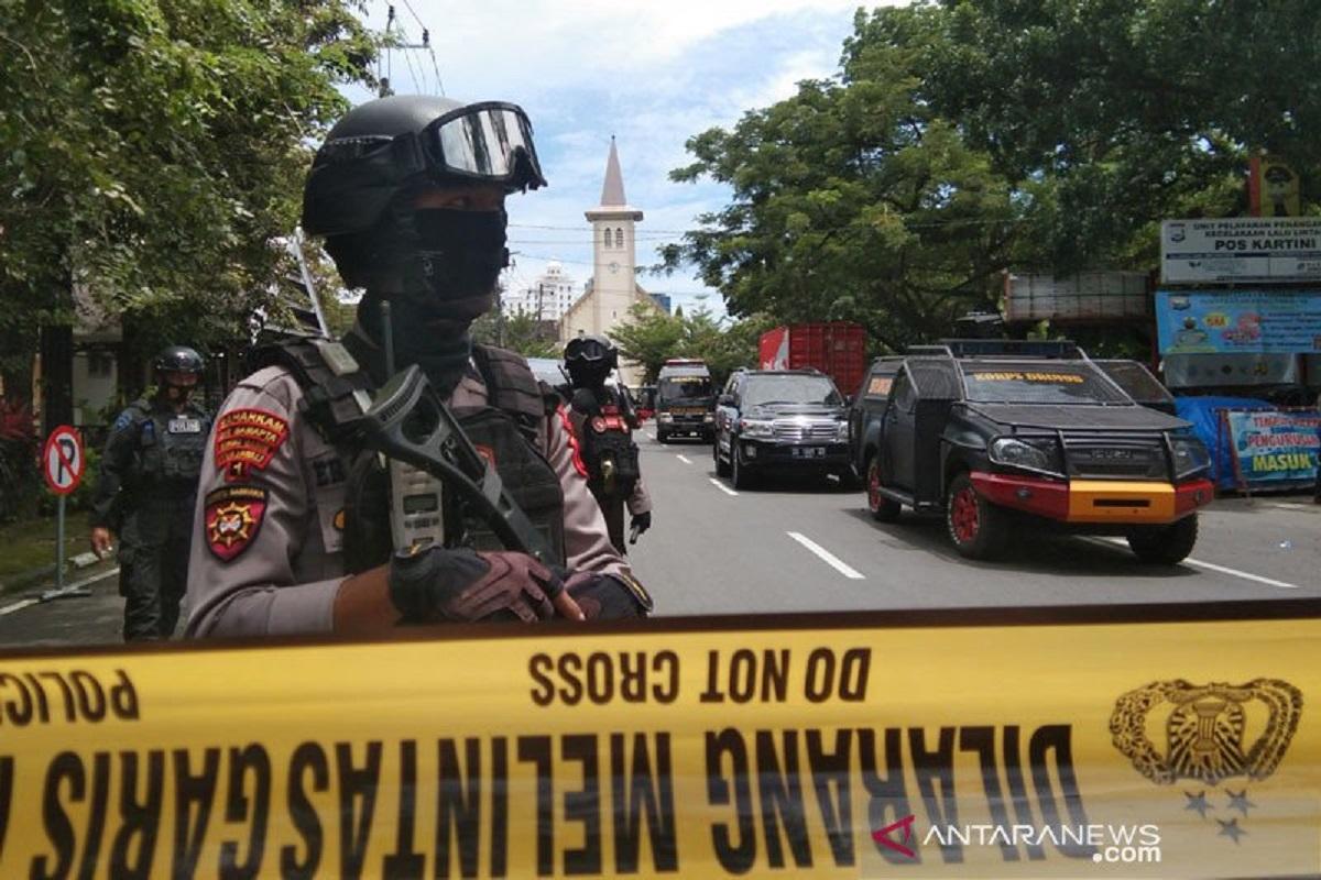 Polisi berjaga di lokasi bom bunuh diri Gereja Katedral beberapa waktu lalu. FOTO: Antara