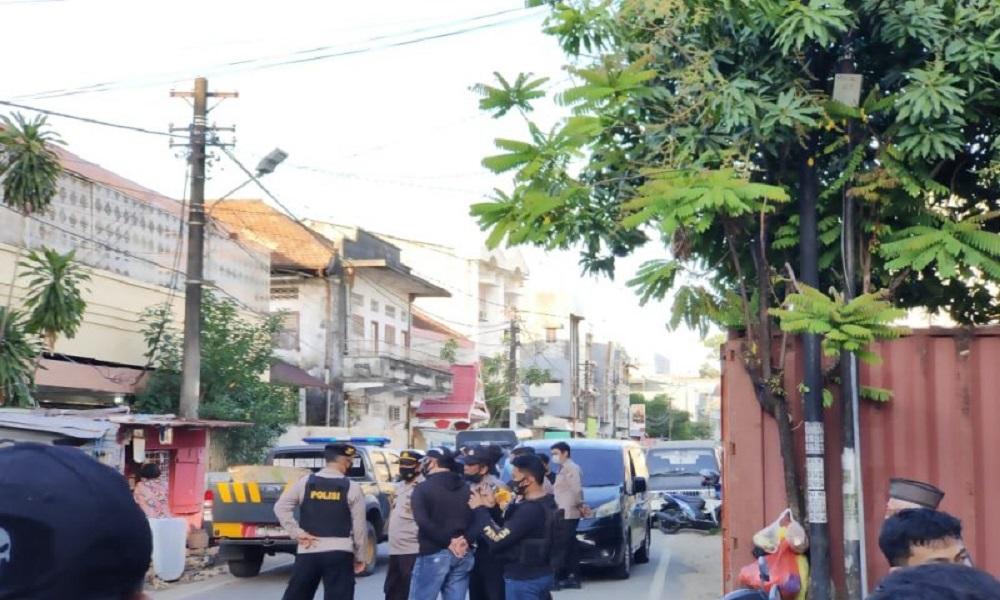 Sejumlah aparat kepolisian berjaga-jaga saat penggeledahan bekas markas Front Pembela Islam (FPI) di Makassar, Sulawesi Selatan. FOTO: Antara