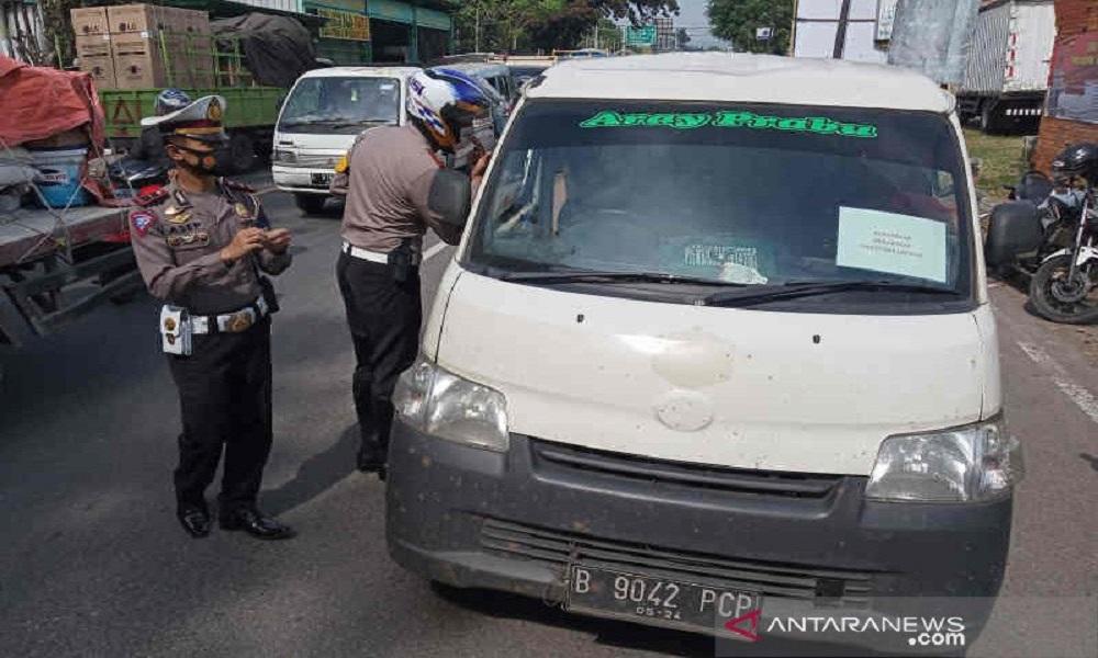 Petugas Satlantas Polres Cirebon Kota saat menghentikan kendaraan berpelat luar daerah. (ANTARA/Khaerul Izan)
