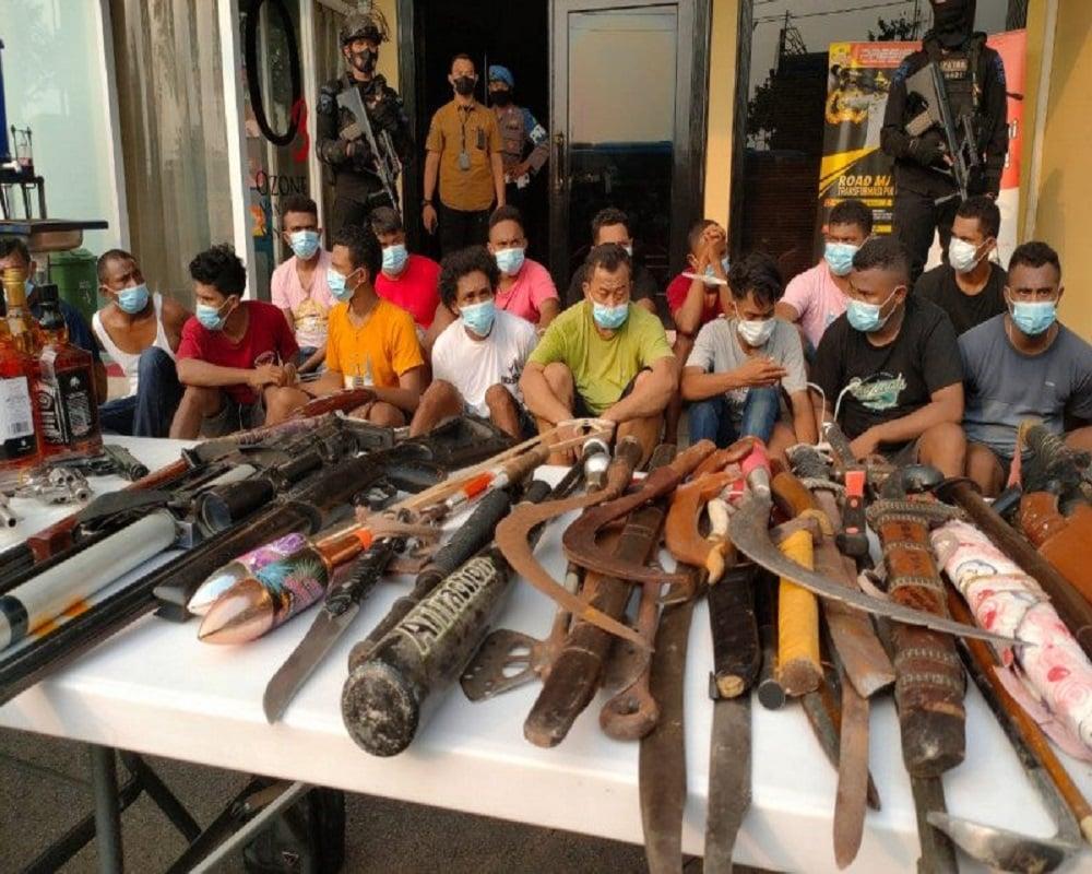 Berbagai jenis senjata dan beberapa orang yang diamankan dari penggerebekan di Kampung Ambon, Jakarta Barat. FOTO: Antara