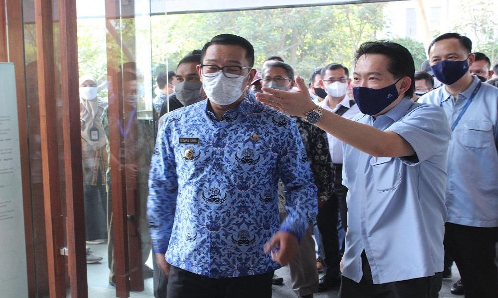 Gubernur Jabar Ridwan Kamil saat memberikan sertifikat SNI kepada PT Ateja Tritunggal. FOTO: Antara