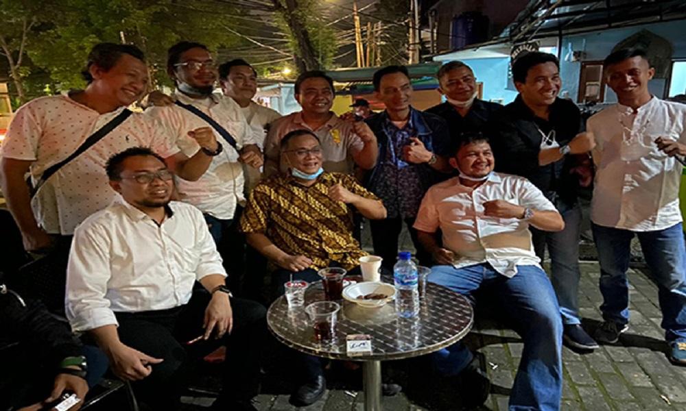 Jumhur Hidayat bersama aktivis 98 di Kopi Politik (Kopol), Jakarta Selatan. FOTO: GenPI.co