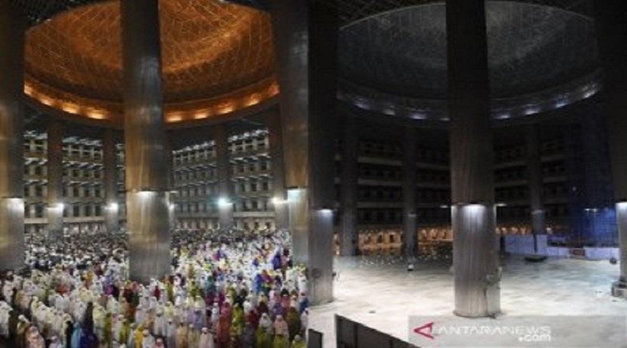 Tarawih di Masjid Istiqlal. FOTO: Antara