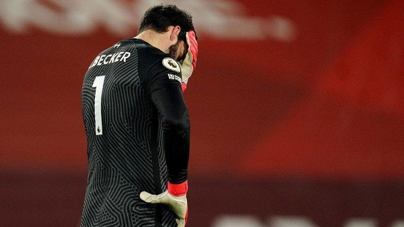 Alisson Becker kecewa melakukan dua blunder di laga Liverpool vs Manchester City. (foto: Antara/REUTERS/POOL/Jon Super)