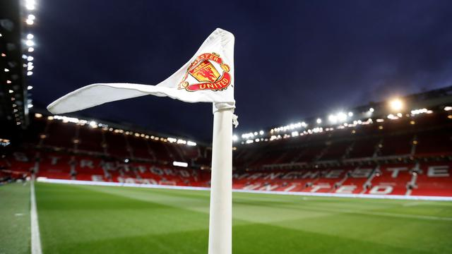 Bendera Manchester United di Old Trafford. (foto: Reuters/Carl Recine)
