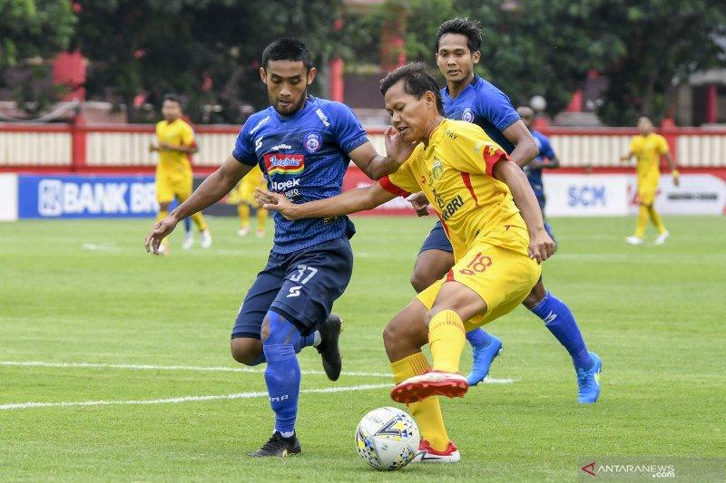 Adam Alis (kuning), pemain Bhayangkara yang berada di Timnas Indonesia. (foto: Antara)