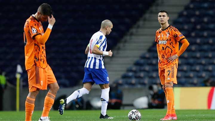 Cristiano Ronaldo (kanan) terlihat lesu usai Juventus dikalahkan Porto. (foto: REUTERS/Pedro Nunes)