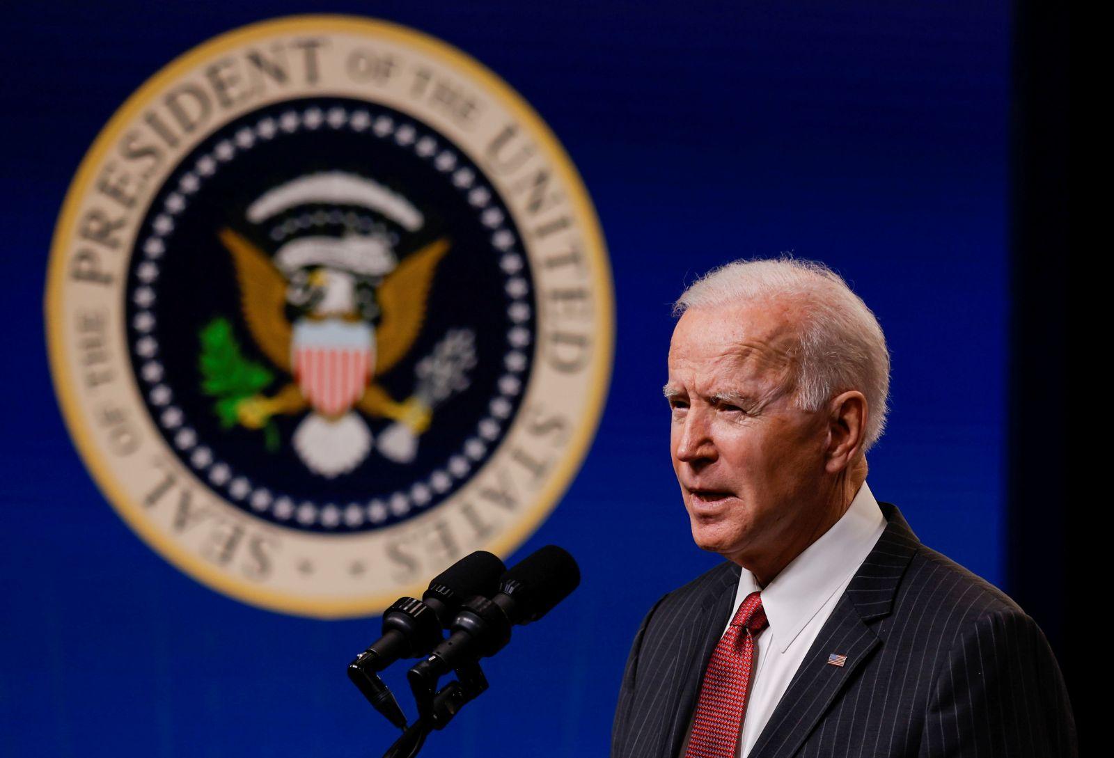 Presiden Amerika Serikat, Joe Biden, memberikan pesan tegas dalam teleponnya dengan Presiden China, Xi Jinping. (foto: REUTERS/Carlos Barria)