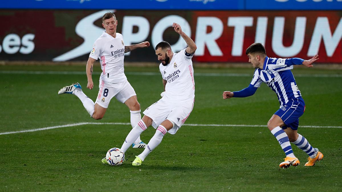Karim Benzema saat hendak mencetak gol dalam laga Alaves vs Real Madrid. (foto: twitter.com/realmadrid)