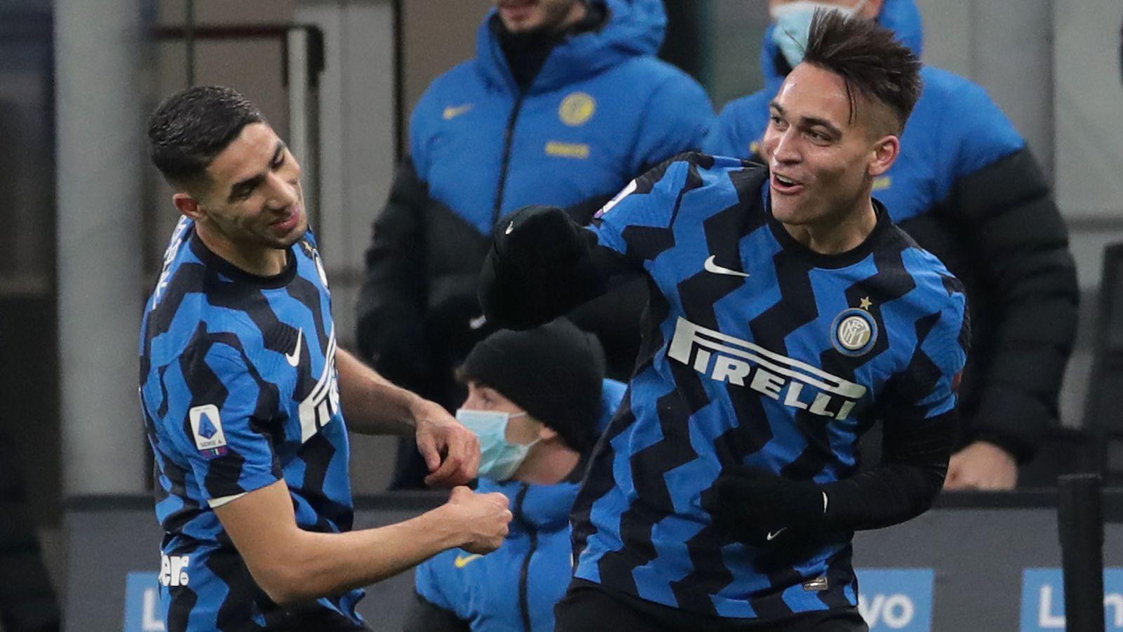 Lautaro Martinez dan Achraf Hakimi berselebrasi dalam laga Inter Milan vs Lazio. (foto: twitter.com/Inter)
