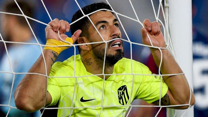 Luis Suarez kesal usai gagal mencetak gol di laga Levante vs Atletico Madrid. (foto: REUTERS/Pablo Morano)