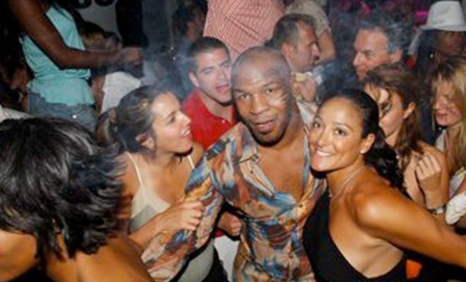 Terdapat sebuah kisah menarik antara legenda NBA, Michael Jordan, yang nyaris tewas di tangan Mike Tyson.(foto: essentiallysports)