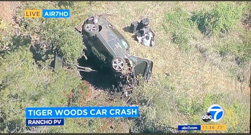 Mobil Tiger Woods yang mengalami kecelakaan parah. (foto: twitter.com/AdamSchefter)