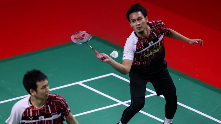 Mohammad Ahsan saat hendak melakukan pukulan balasan. (foto: Badminton Photo)