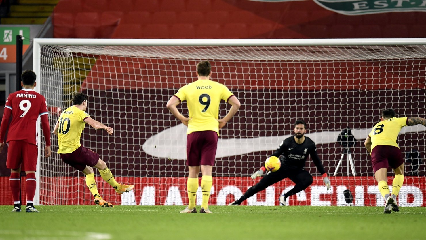 Momen tendangan penalti Ashley Barnes dalam laga Liverpool vs Burnley. (foto: twitter.com/BurnleyOfficial)