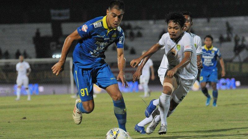 Omid Nazari (kiri) pemain asing Persib Bandung yang hengkang duluan. (foto: ANTARA FOTO/Nyoman Budhiana)