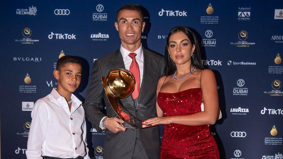 Ronaldo Jr bersama Ronalo dan Georgina Rodriguez. (foto: instagram.com/georginagio)