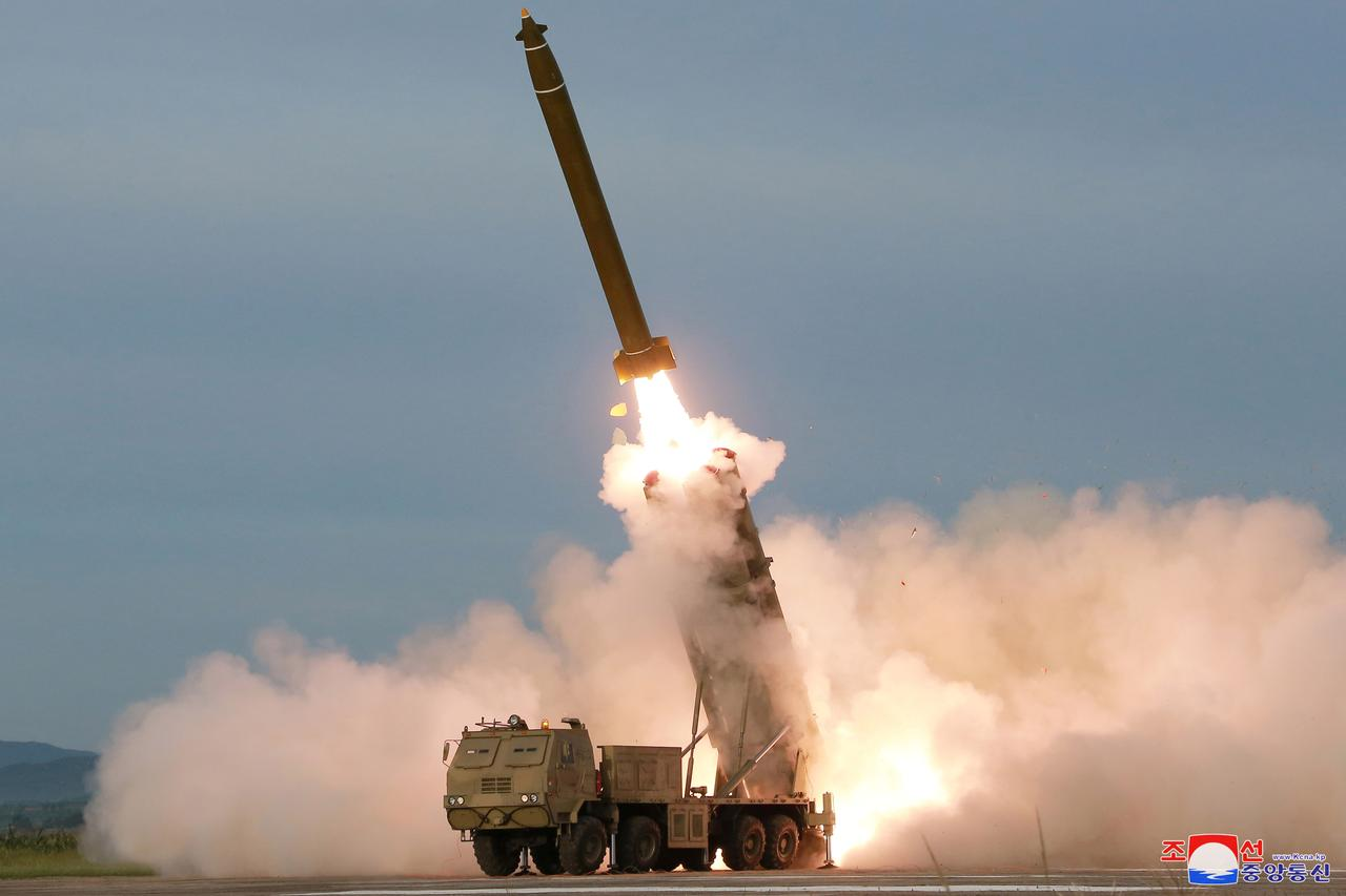 Korea Utara (Korut) ngamuk usai menjadi bahan ejekan Presiden Amerika Serikat, Joe Biden, hingga mengirimkan rudal setan yang berpotensi membuat bumi binasa. (foto: KCNA via REUTERS)