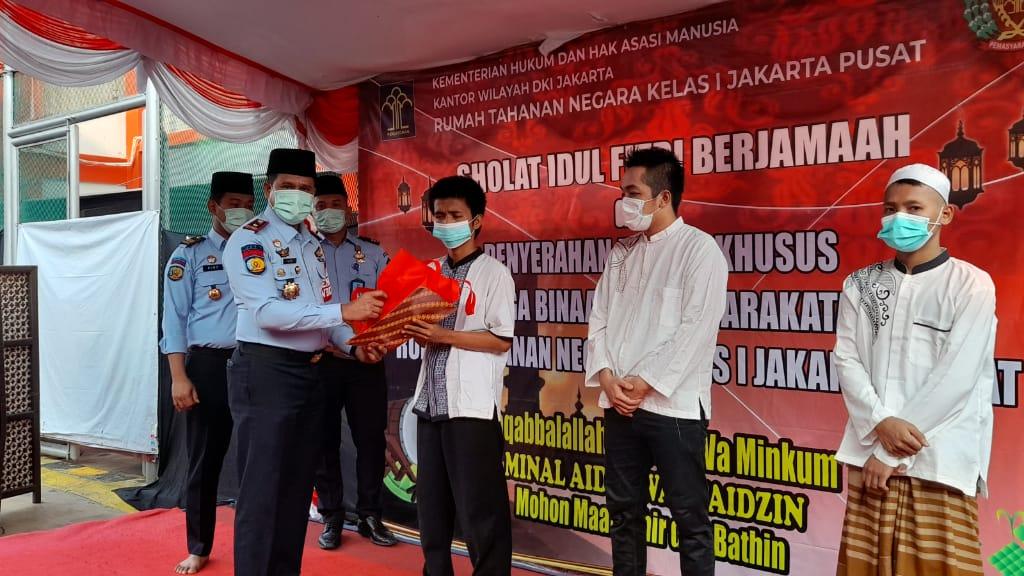 Rumah tahanan (Rutan) Salemba memberikan hadiah nomplok kepada para warga binaannya belum lama ini. (foto: Humas Rutan Salemba)