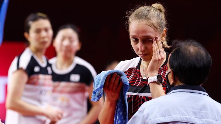Sara Thygesen memperlihatkan mata lebamnya kepada juri. (foto: Badminton Photo)
