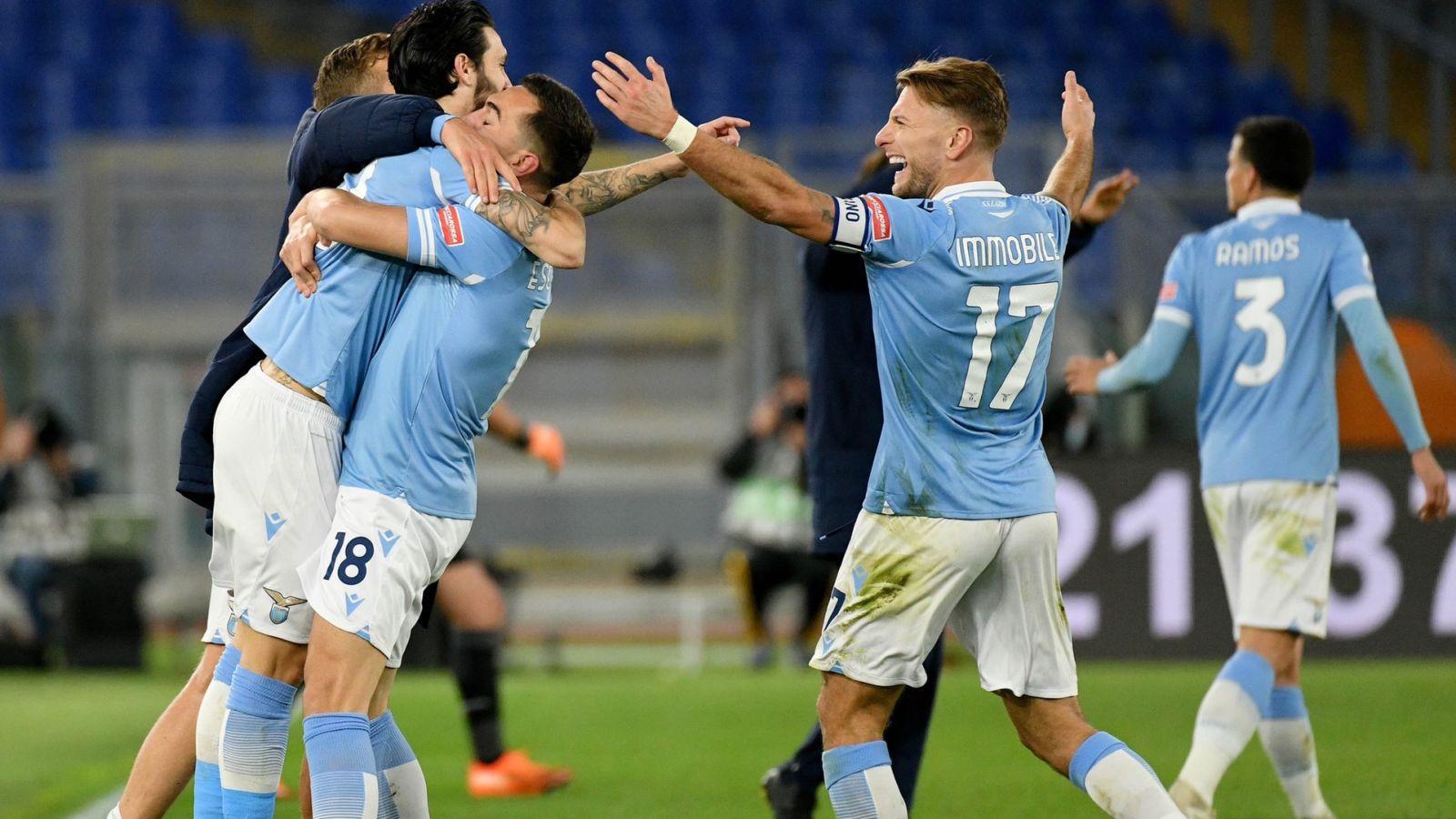 Selebrasi pemain Lazio usai mengalahkan AS Roma. (foto: twitter.com/OfficialSSLazio)