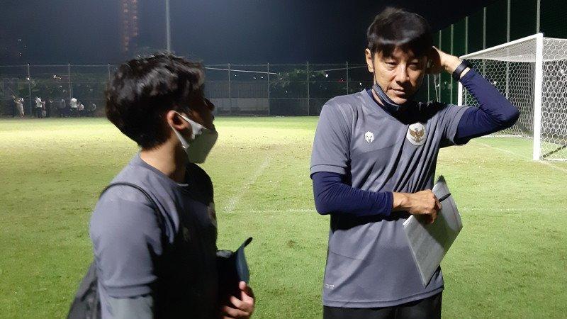 Shin Tae-yong (kanan) pelatih Timnas Indonesia. (foto: Antara)