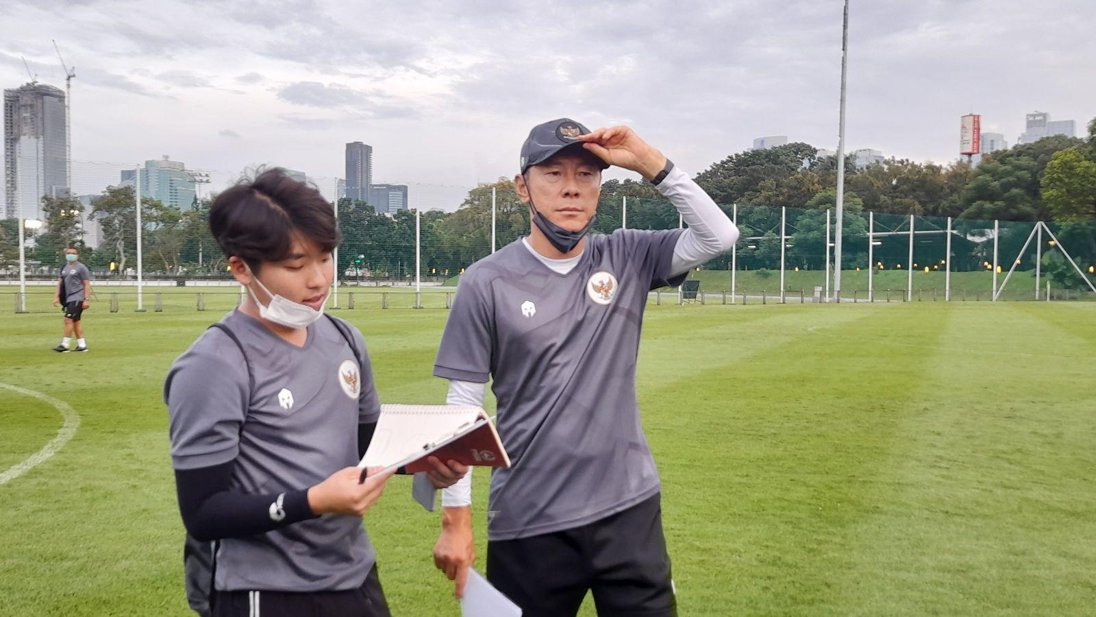 Shin Tae-yong (tengah), pelatih Timnas Indonesia. (foto: Andri Bagus Syaeful/GenPI)