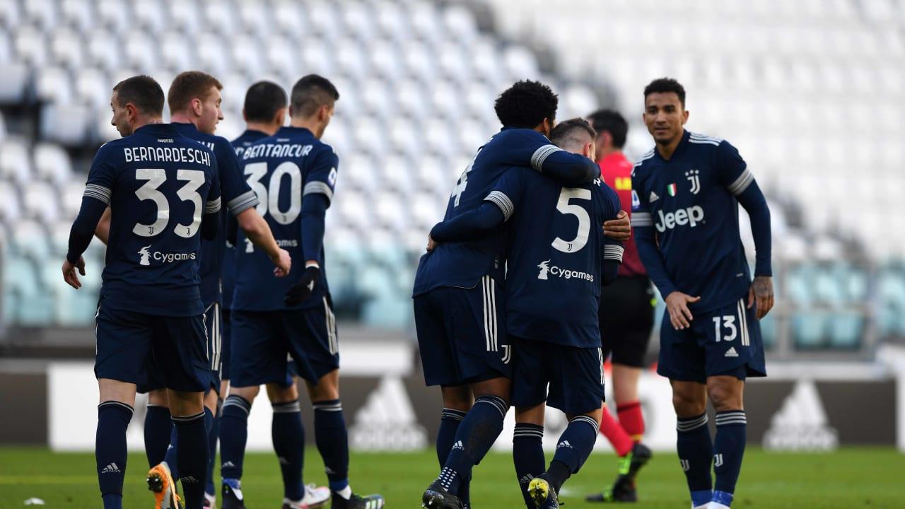 Skuad Juventus selebrasi usai mengalahkan Bologna. (foto: twitter.com/juventusfc)
