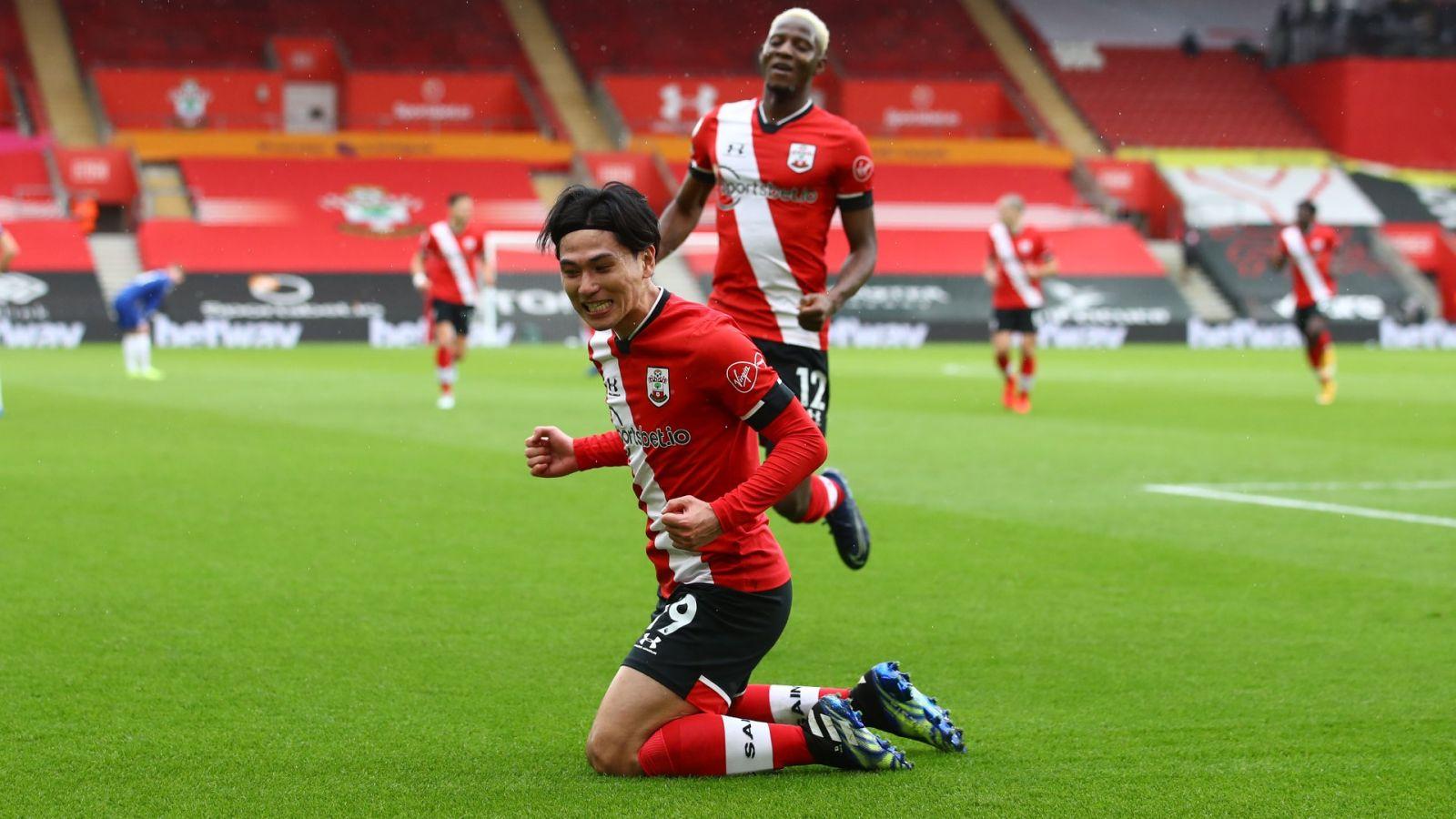 Takumi Minamino selebrasi dalam pertandingan Southampton vs Chelsea. (foto: twitter.com/SouthamptonFC)
