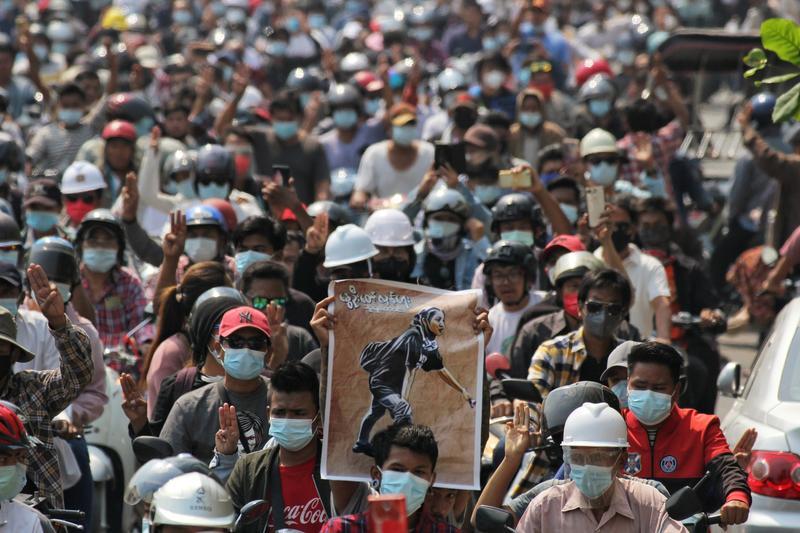 Warga Myanmar membludak dalam pemakaman Kyal Sin. (foto: Reuters/Stringer)