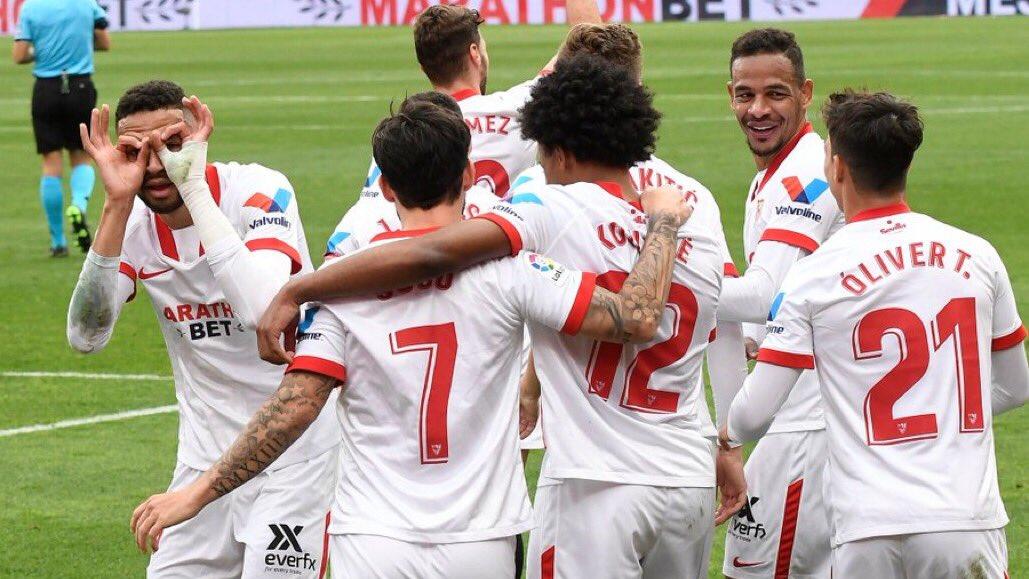 Youssef En-Nesyri (kiri) merayakan golnya dalam laga Sevilla vs Cadiz. (foto: twitter.com/SevillaFC)