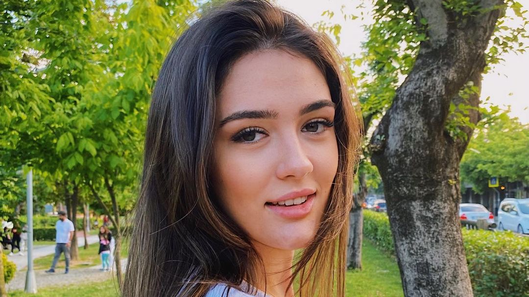 Zehra Gunes, Pevoli Cantik Turki yang Kulitnya Mulus Banget