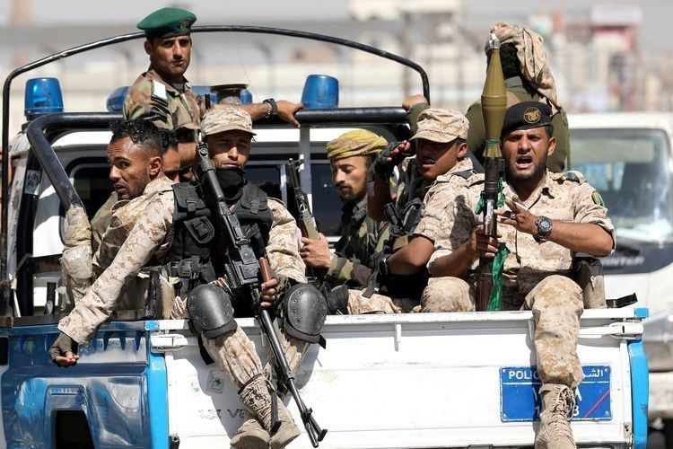 Pasukan Houthi menumpang di bak truk polisi, setelah menghadiri pertemuan Houthi di Sanaa, Yaman, 19 Februari 2020.Foto: Khaled Abdullah/Reuters.