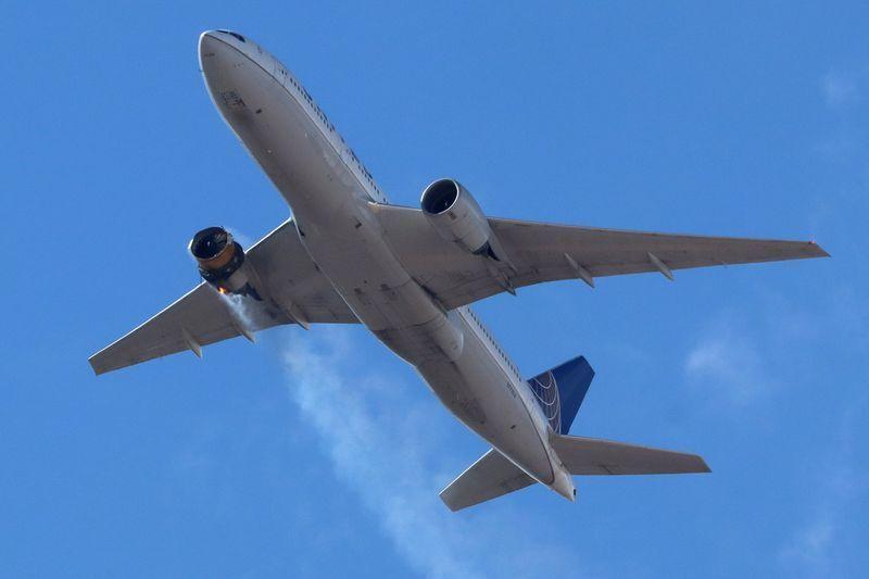 Pesawat United Airlines UA328 kembali ke Bandara Internasional Denver, As setelah mengalami kebakaran mesin di bagian kanan. Foto: Hayden Smith/@speedbird5280 via Reuters.