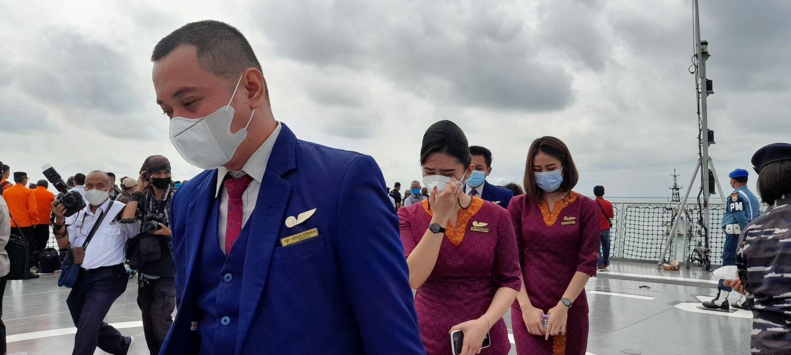 Suasana acara tabur bunga untuk para korban pesawat Sriwijaya Air SJ-182 dari atas KRI Semarang-594 di perairan Kepulauan Seribu, Jakarta, Jumat, 22 Januari 2021. Foto: GenPI.co/Andri Bagus Syaeful.