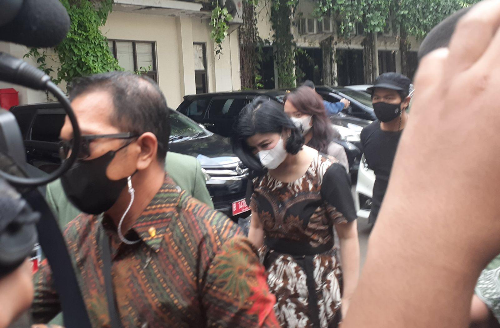 Istri Hotma Sitompoel, Desiree Tarigan mendatangi Komnas Perempuan, Kamis (8/4/2021). Foto: Puji Langgeng/GenPI.co.