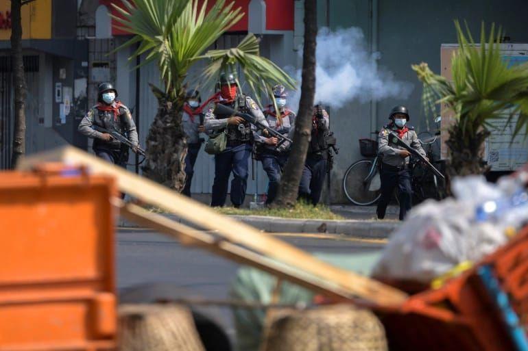 Polisi anti huru hara menembakkan gas air mata untuk membubarkan demonstran di Yangon, Myanmar. Foto: Reuters.