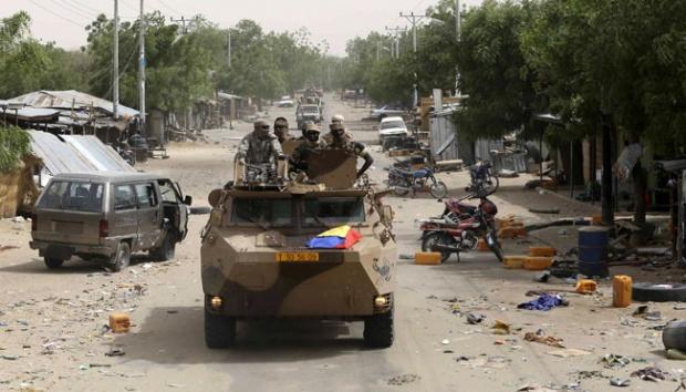 Konvoi tentara Chad dan Nigeria berkeliling kota Damasak yang baru direbut kembali dari militan Boko Haram di Nigeria, 20 Maret 2015. Foto: Reuters/Emmanuel Braun.