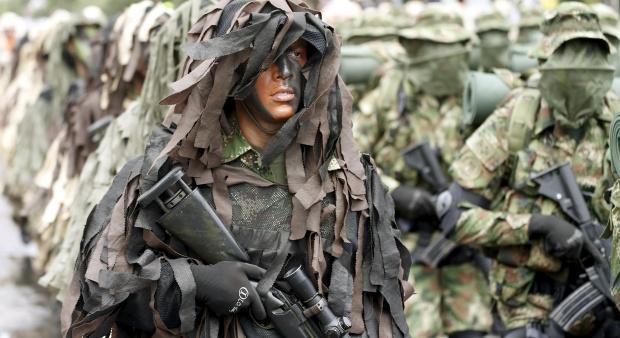 Ilustrasi-Seorang prajurit sniper ikut berparade dengan sejumlah personel militer, saat upacara kemerdekaan Kolombia, Bogota, 20 Juli 2015. Foto: Reuters/Jose Miguel Gomez.