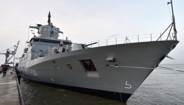 Kapal perang Baden-Wuertemberg ditampilkan dalam presentasi kepada awak media di Laut Utara, Jerman, 12 Januari 2017. Kapal kelas fregat ini akan menjadi salah satu kendaraan pasukan Angkatan Laut Jerman, Bundeswehr. Foto: Reuters.