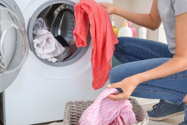 Ilustrasi-Mencuci pakaian. Foto: Shutterstock/Pixel-Shot.