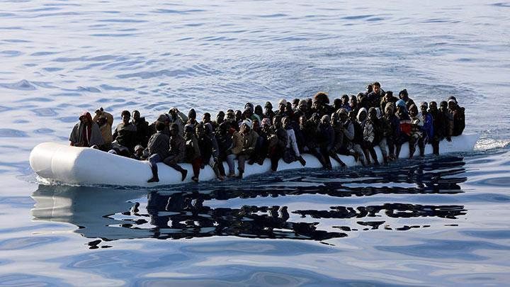 Ilustrasi-Imigran menaiki sampan karet saat mereka diselamatkan oleh penjaga pantai Libya di Laut Mediterania, lepas pantai Libya, 15 Januari 2018. Foto: REUTERS/Hani Amara.