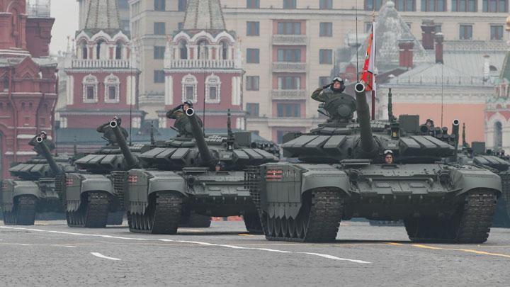 Tentara Rusia mengendarai tank tempur T-72B3 saat parade peringatan Hari Kemenangan atas Nazi pada Perang Dunia II di Lapangan Merah, Moskow, Rusia, 9 Mei 2019. Foto: Shamil Zhumatov/Reuters.
