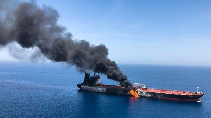 Ilustrasi-Kepulan asap hitam membumbung tinggi dari sebuah kapal tanker terbakar di perairan Teluk Oman, 13 Juni 2019. Dua kapal tanker mendapatkan serangan tak teridentifikasi saat melintas di Teluk Oman. Foto: ISNA/Handout via Reuters.