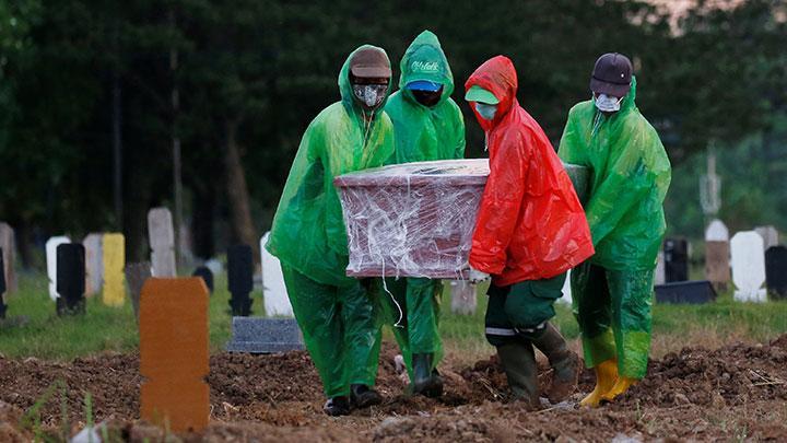 Pemakaman jenazah dengan protokol pasien Virus Corona. Foto: Reuters/Willy Kurniawan.