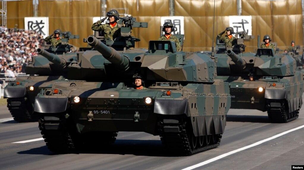 Pasukan Jepang (SDF) mengendarai tank tipe-10 dalam pawai militer tahunan di Pangkalan Militer Asaka dekat Tokyo. Foto: Reuters.
